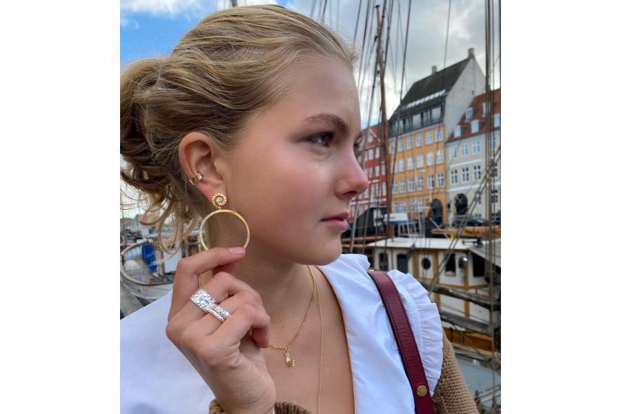 Den stora hoop örhänge guide. se de vackra örhängen från Jane Kønig.